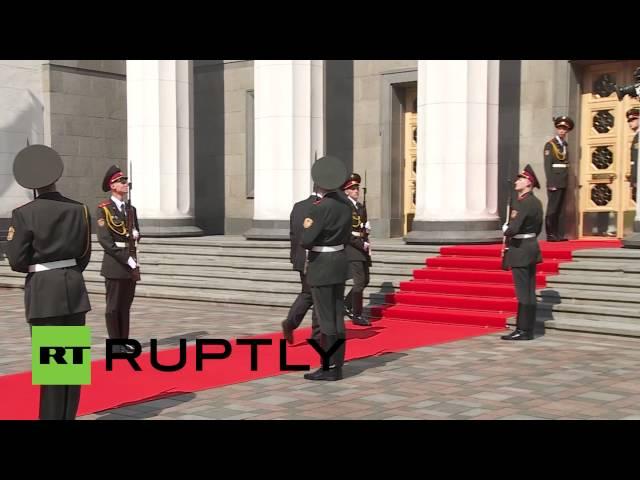 سقوط جندي خلال استقبال الرئيس الأوكراني الجديد