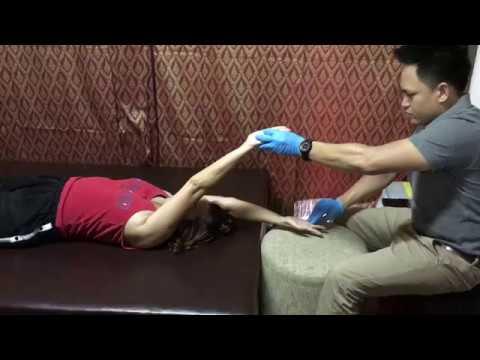 ผู้หญิงกระดุมด้วยน้ำมันซิลิโคน