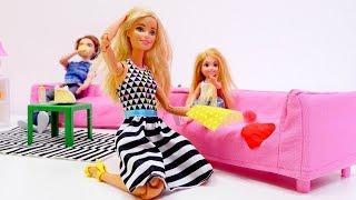 Chelsea manchó el sofá. Barbie muñecas. Vídeos para niñas.