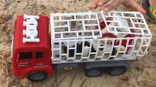 Xe ô tô bị ngã, đồ chơi động vật, giúp đỡ ô tô máy bay đồ chơi