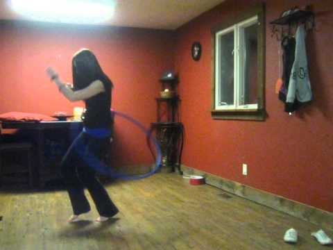 נערה מוכשרת רוקדת עם חישוק