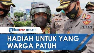 Bukan Razia, Polisi di Kebumen Malah Beri Uang Rp100 Ribu ke Warga yang Pakai Masker di Tempat Umum