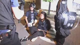 (全港大罷工)一名女示威者在大埔太和路被捕後哭叫:你都見到我攞住支鹽水