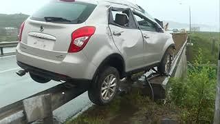 Паркетник брюхом сел на леера в аварии на Катерной