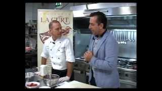 preview picture of video 'Trattoria La Curt: Ricetta Bavarese Alla Fragola Con Lingue Di Gatto E Meringhe'