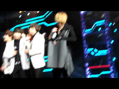 [Fancam] 121002 Kris playing with fanboard & phone charm @ China - Korea Friendship Concert