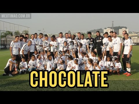 Antes do treino, atletas do Timão entregam ovos de Páscoa para crianças carentes