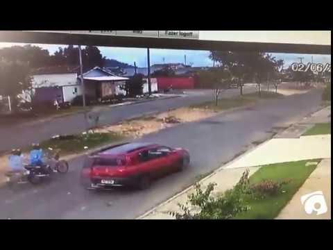 VÍDEO: MOTOCICLISTA 'VOA' CONTRA ÁRVORE APÓS COLISÃO ENTRE MOTO E CARRO
