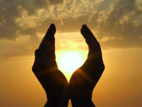 Cosa fare se un mal di gomito mani congiunte
