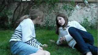preview picture of video 'Conversations entre filles au parc,Les insupportables!'