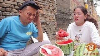 小伙賣西瓜一元一勺,沒想遇上吃貨,一勺就挖走半個大西瓜【小貝愛叨叨】