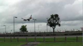 preview picture of video 'Landing at Heathrow 27L from Myrtle Avenue 17-06-2011'