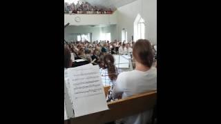 Бабушка прекрасно поёт на свадьбе!