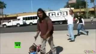 NATIVO AMERICANO ENFRENTA MANIFESTANTES ANTI INMIGRANTES