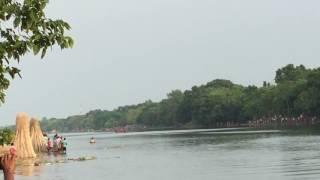 preview picture of video 'মাগুরা জেলা শ্রীপুর থানা মর্কদ্দমখোলা গ্রামের পাশে কুমার নদীতে নৌকা বাইচ ।'