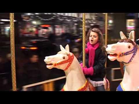 Das sechsjährige Nachwuchstalent Sissi präsentiert mit Auf dem Postamt Wolke 7 ihr erstes Weihnachtslied. Das Video entstand auf dem Leipziger Weihnachtsmarkt mit freundlicher Unterstützung vom Schülerfernsehen Kitzscher.