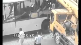 Запись ДТП в Астане   автобус и кран