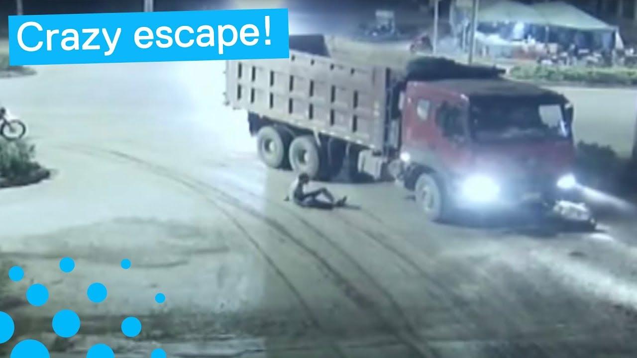 Везучий китайский скутерист уцелел побывав под колесами грузовика