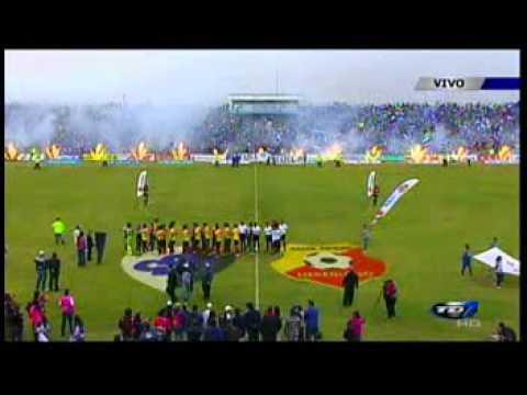 """""""Salida de los equipos: Cartaginés-Herediano. 19 de Mayo 2013"""" Barra: Fuerza Azul • Club: Cartaginés"""