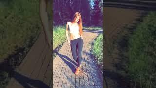Очень красивая девушка танцует