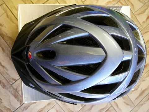 Alcuni caschi per bicicletta da adulti e da bambini