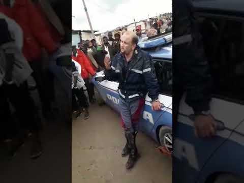 Caporalato, nel ghetto dei migranti rivolta contro la polizia che vuole arrestare 26enne: 2 agenti f