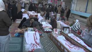 Shia Muslims bury dead after sectarian attacks