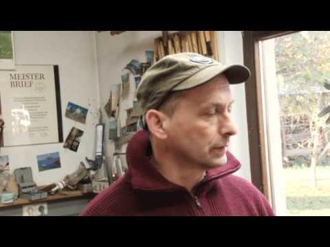Rudi Bannwarth -- Ein Holzbildhauer bei der Arbeit