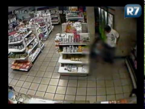 Câmeras flagram homem abusando de criança em loja