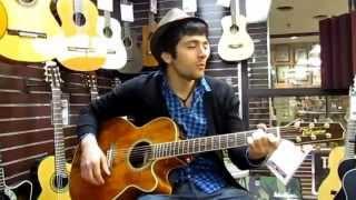 Таджик играет на гитаре