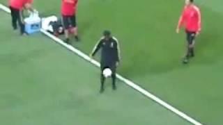 ロナウジーニョが試合前に見せたスーパートラップ!