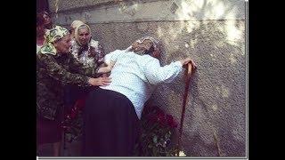 Верующие целуют стену