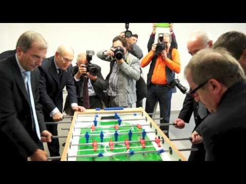 Il ministro Profumo gioca a calcio balilla