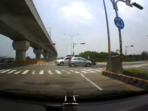 摩托車闖紅燈的車禍  (1:19 開始)