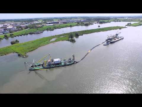 Cutterzuigers Seine en Olst bageren in de IJssel