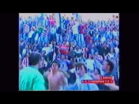 """""""Muchas veces fui preso y muchas veces llore por vos ♪♪"""" Barra: Los Leales • Club: Estudiantes de La Plata"""