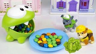 Ам Ням и конфеты против Щенячьего Патруля. Развивающие мультики для детей. Игрушки Paw patrol
