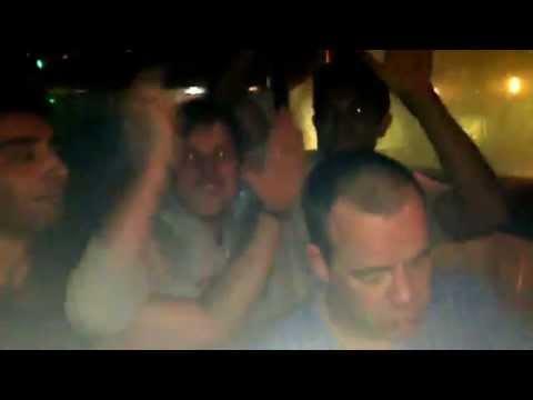 Unos de fiesta y otros de siesta en la discoteca kiss salou