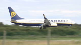 preview picture of video 'Ryanair Boeing 737 Landing at Säve (bad camwork)'