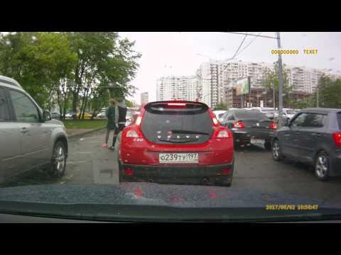 Потасовка между пешеходом и водителем Volvo