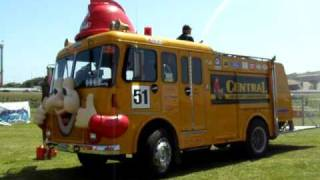 preview picture of video 'Vintage Fire Truck with Mechanical Siren, Full Throttle Manukau, 23 Oct 2010'