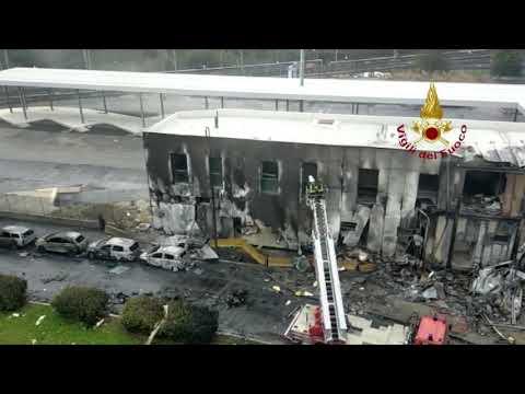 Schianto di San Donato Milanese, i vigili del fuoco al lavoro sul punto dell'impatto