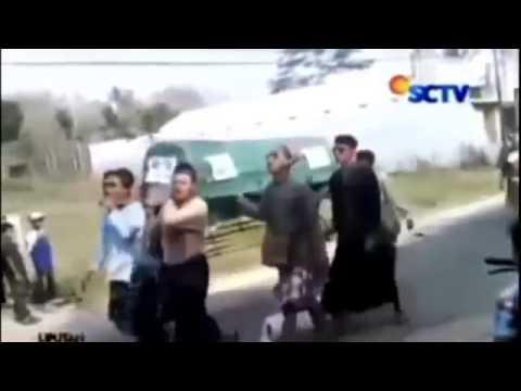 Heboh!!! Jenazah Jatuh dari Keranda Saat diBawa Menuju Makam   Berita Hari ini 12 april 2015