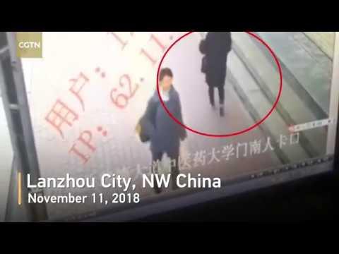 Земля разверзлась под ногами: Китаянка провалилась под тротуар на глазах у прохожих