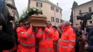 preview picture of video 'Terni, funerali di David Raggi: l'ingresso della bara in chiesa tra gli applausi'