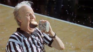 【穷电影】男子准备喝酒,不知道这个瓶子有问题,竟把他体内的怪物吸出来了