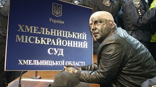 Скандального блогера Сороченка перед хмельницьким судом зустріли фарбою та газом