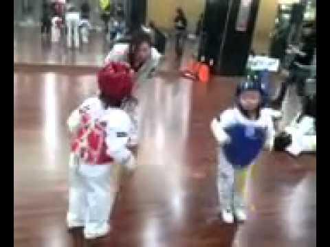 Trẻ con đấu taekwondo