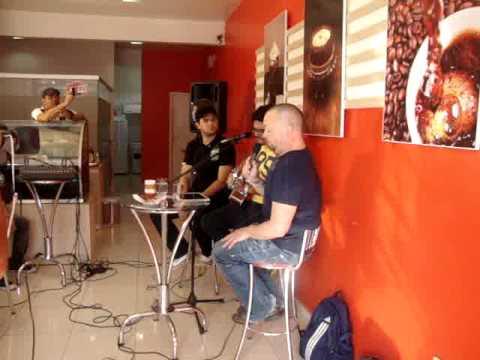 Fred Arrais e Jason Lee Jones cantando Tu és Bom