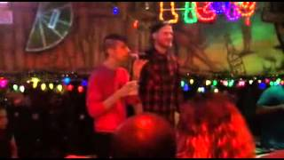 Mitch e Scott cantando no Fiesta Cantina